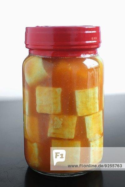 Glas mit eingelegtem Tofu