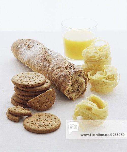 Kekse  Vollkornbaguette  Nudeln und Bananensmoothie