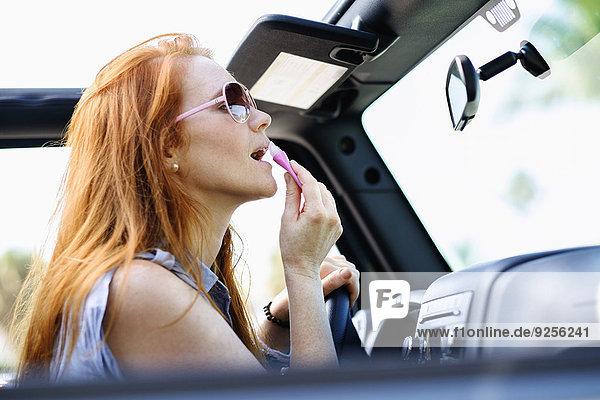 hoch oben Frau Auto Produktion