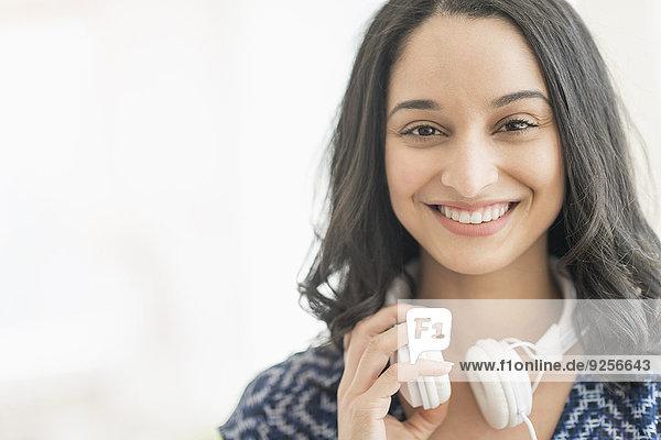 junge Frau junge Frauen Portrait lächeln Kopfhörer