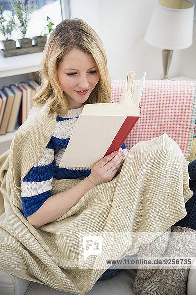 blond Frau Couch vorlesen