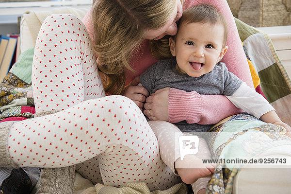 umarmen Motte Mädchen Mutter - Mensch Baby
