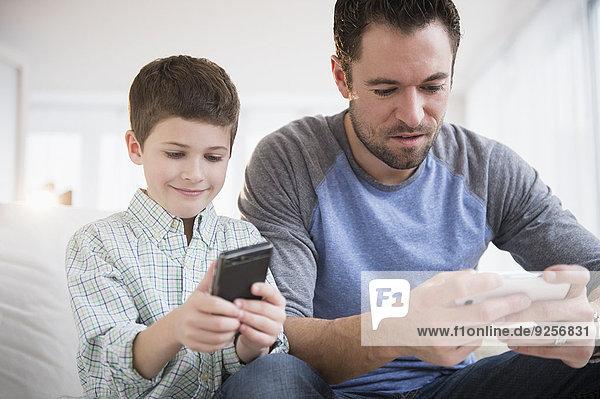 Handy benutzen Menschlicher Vater Sohn Kurznachricht 5-9 Jahre 5 bis 9 Jahre