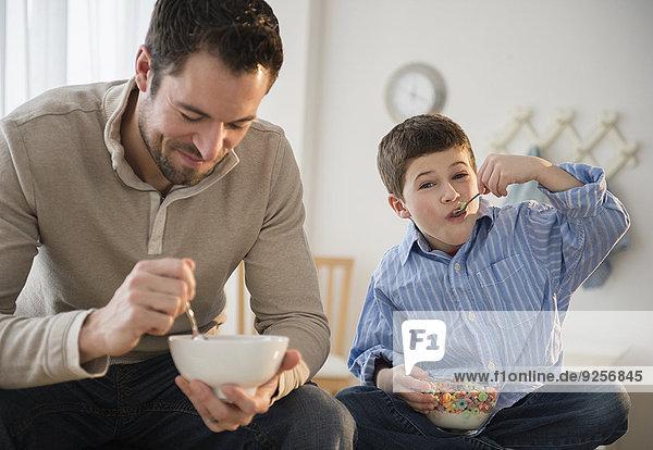 Getreide Menschlicher Vater Sohn 5-9 Jahre 5 bis 9 Jahre essen essend isst Frühstück