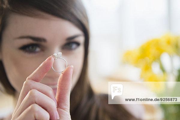 Verlobung junge Frau junge Frauen zeigen klingeln