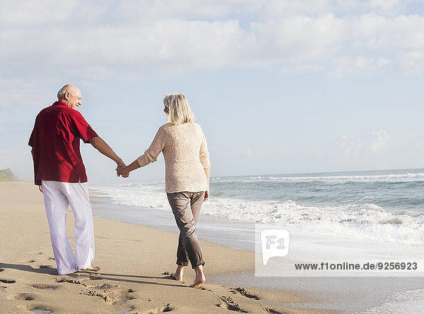 Senior Senioren gehen Strand