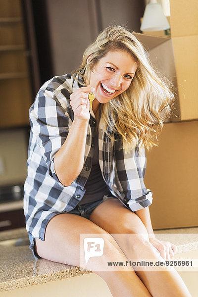junge Frau junge Frauen Wohnhaus halten Schlüssel neu