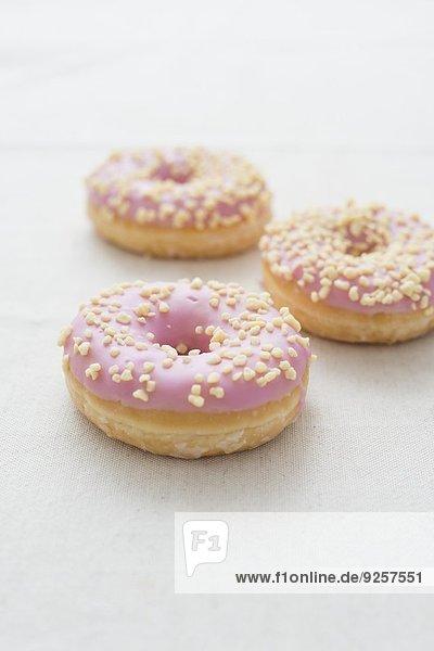 Doughnuts mit Erdbeerglasur