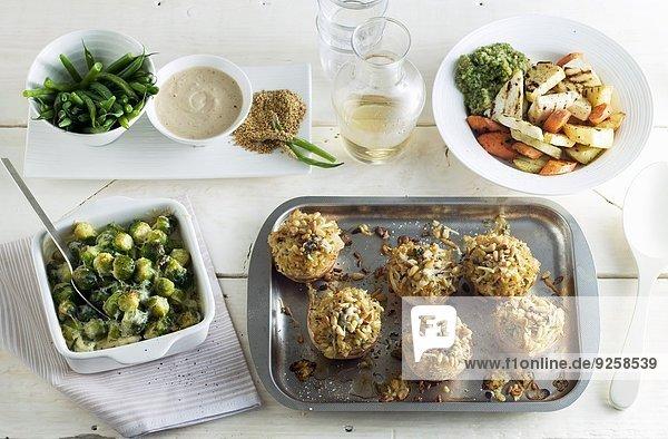 Buffet mit verschiedenen Gerichten und Weissweinkaraffe