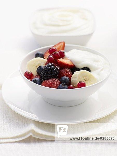 Joghurtmüsli mit frischen Beeren und Banane