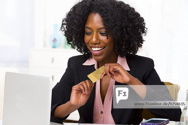 Geschäftsfrau Schreibtisch Notebook kaufen mischen Mixed