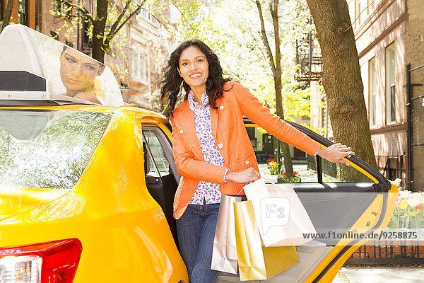 Frau Straße Großstadt mischen Taxi rauskommen Mixed