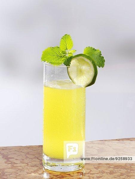 Maracujalimonade mit Limette und Minze