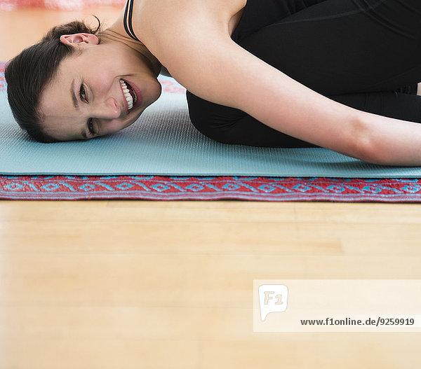 Europäer Frau lächeln Yoga Matte