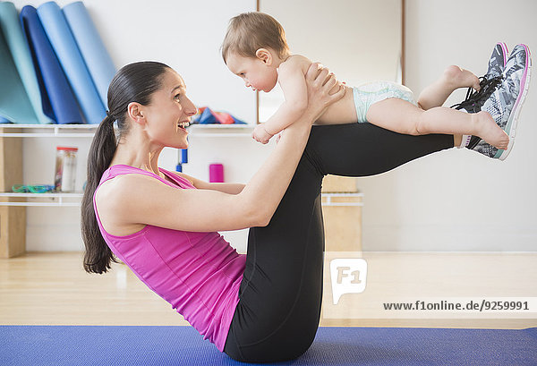 Europäer Frau halten Yoga Baby Matte