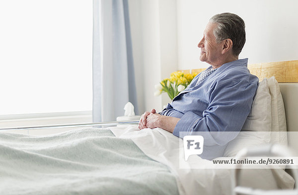 sitzend Senior Senioren Europäer Mann Krankenhaus Bett