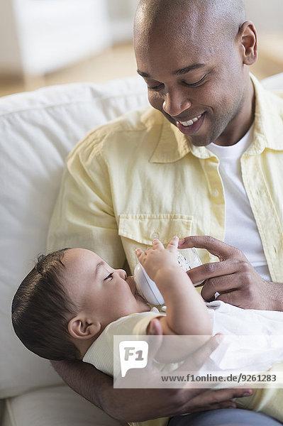 Couch lächeln Menschlicher Vater Baby füttern