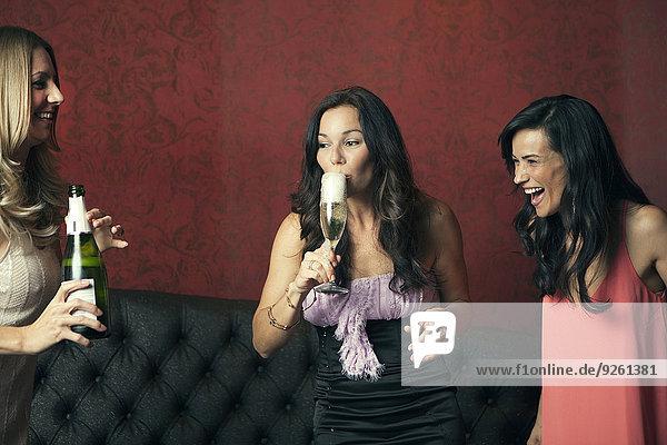 Frau Nachtklub trinken Champagner