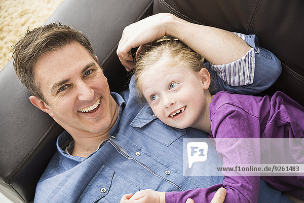 Europäer Entspannung Couch Menschlicher Vater Tochter