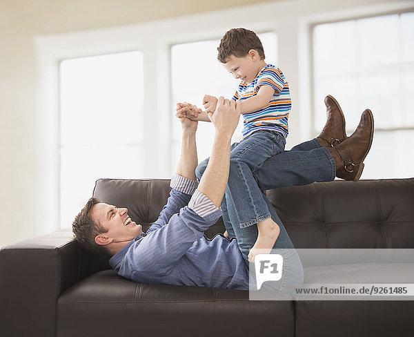 Europäer Couch Menschlicher Vater Sohn spielen