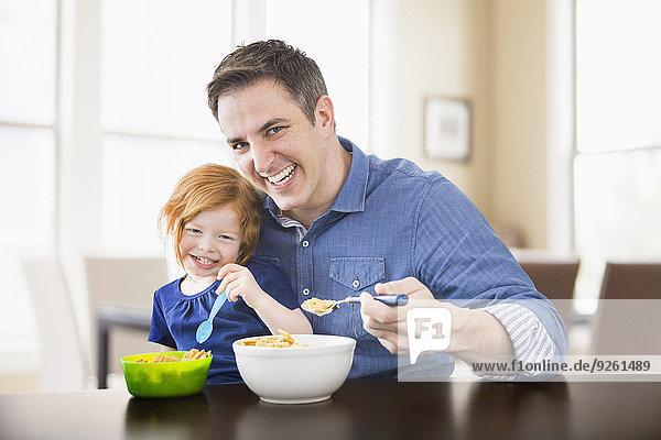 Zusammenhalt Europäer Menschlicher Vater Tochter essen essend isst Frühstück
