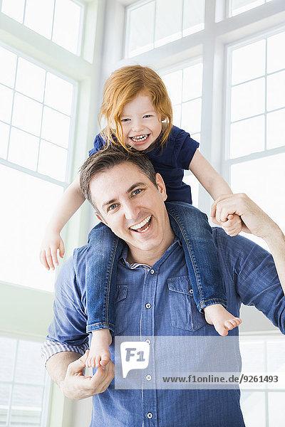 Europäer tragen Menschlicher Vater Menschliche Schulter Schultern Tochter