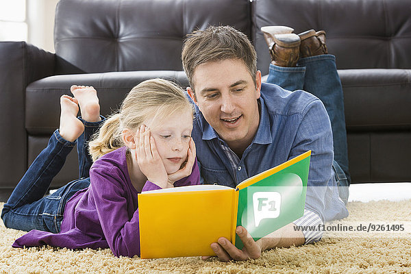 Europäer Menschlicher Vater Zimmer Tochter Wohnzimmer vorlesen