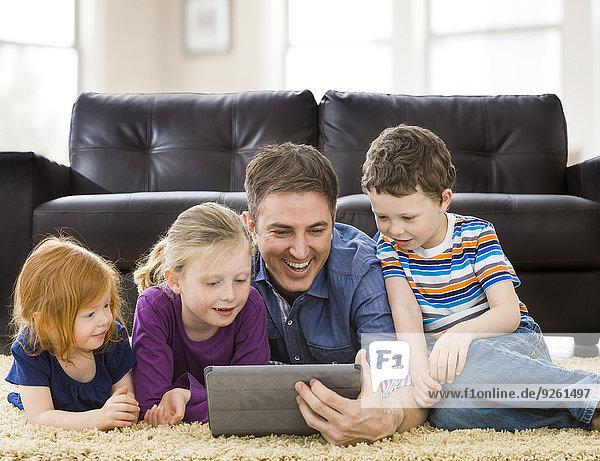 benutzen Europäer Computer Menschlicher Vater Zimmer Wohnzimmer Tablet PC