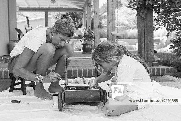 Europäer Spielzeug streichen streicht streichend anstreichen anstreichend Vordach Tochter Mutter - Mensch