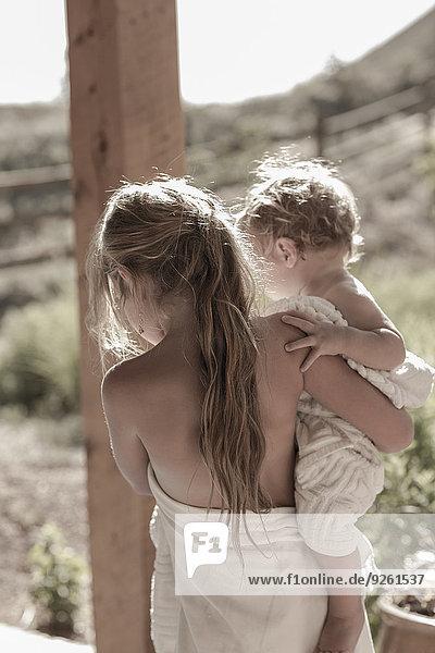 Europäer tragen Bruder Vordach Mädchen Baby