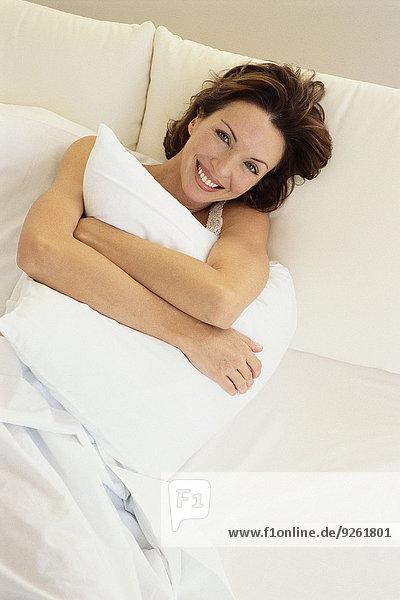 Frau umarmen Bett Kopfkissen