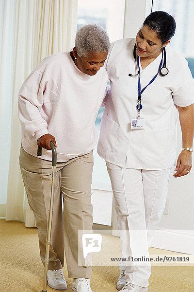 Patientin benutzen Spazierstock Stock Hilfe