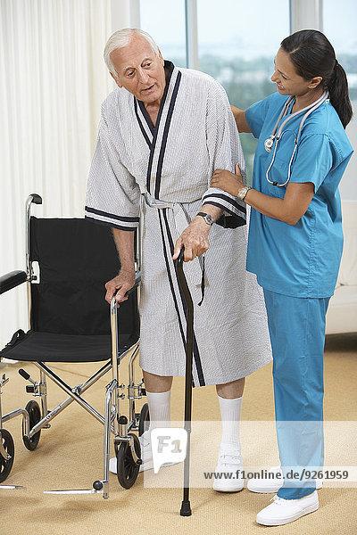 Patientin Senior Senioren benutzen Spazierstock Stock Hilfe