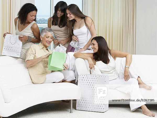 Geburtstagsgeschenk aufmachen Frau Freundschaft Couch