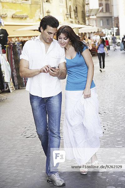 Handy benutzen Europäer Straße Großstadt