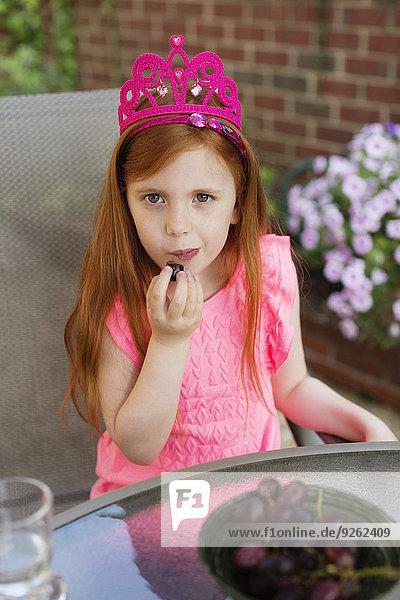 Europäer Frucht Garten essen essend isst Mädchen Hinterhof