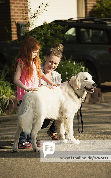 Europäer Straße Hund streicheln Tochter Vorort Mutter - Mensch