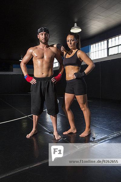 stehend Fitness-Studio Europäer Kampf