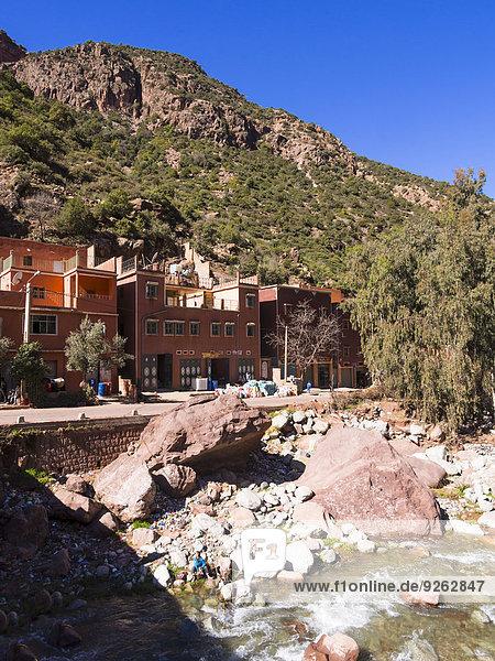 Marokko  Marrakesch-Tensift-El Haouz  Atlasgebirge  Ourika-Tal  Dorf Tighfert  Lehmhäuser am Flussufer
