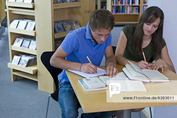 Deutschland  Baden-Württemberg  Studenten lernen in einer Bibliothek