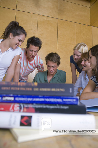 Deutschland  Baden-Württemberg  sechs Studenten lernen gemeinsam
