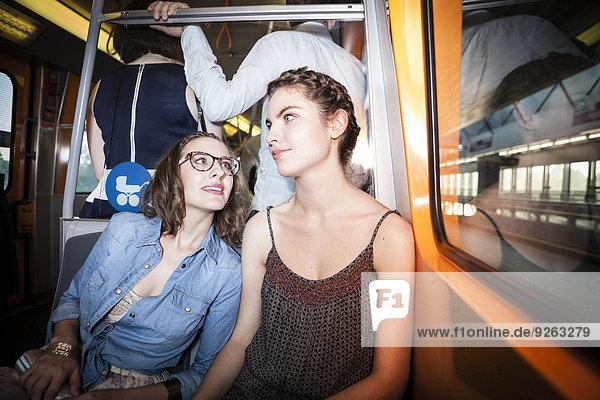 Zwei junge Frauen in der U-Bahn