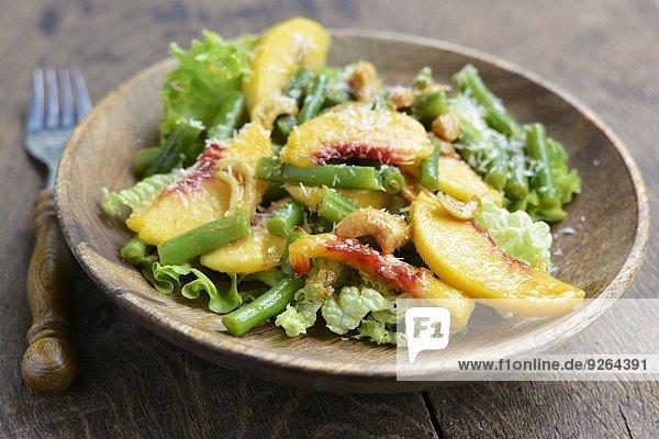 Grüner Bohnensalat mit Pfirsichen  Nüssen und Kokosnuss