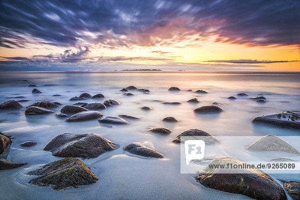 Skandinavien  Norwegen  Lofoten  Vestvagoy  Sonnenuntergang an der Küste von Utakleiv