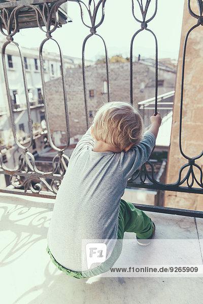Italien  Sizilien  Palermo  Blonder Junge auf dem Balkon