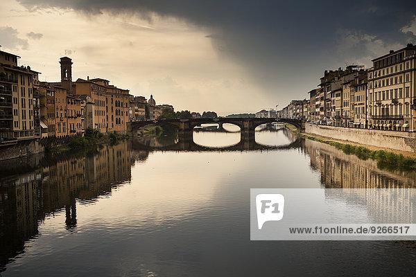 Italien  Toskana  Florenz  Blick auf den Arno mit Ponte Vecchio