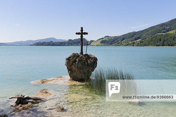 Austria  Upper Austria  Salzkammergut  View of Kreuzstein cross in Mondsee Lake