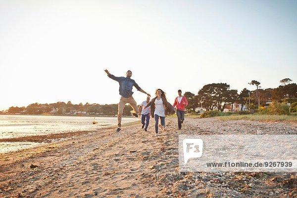 Gruppe von Freunden mit Spaß am Strand