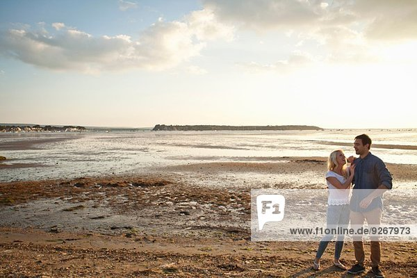 Junges Paar genießt den Strand