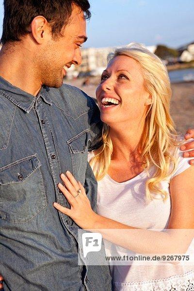 Nahaufnahme eines jungen Paares am Strand